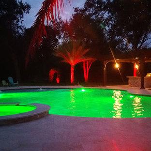 マイアミの大きいトロピカルスタイルのおしゃれなプールの写真