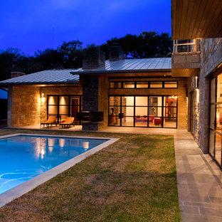 Diseño de piscina alargada, contemporánea, de tamaño medio, rectangular, en patio trasero, con adoquines de hormigón