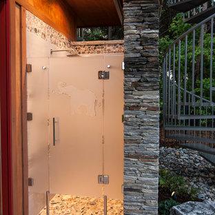 Ispirazione per una piscina monocorsia stile marino personalizzata di medie dimensioni e dietro casa con una dépendance a bordo piscina e pavimentazioni in pietra naturale
