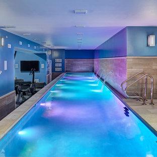 Ispirazione per una grande piscina coperta monocorsia minimalista rettangolare con pavimentazioni in pietra naturale