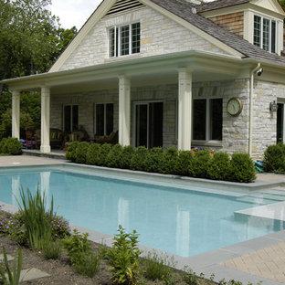 """Foto di una piccola piscina monocorsia tradizionale a """"L"""" nel cortile laterale con pavimentazioni in cemento"""