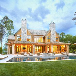 Diseño de piscinas y jacuzzis alargados, tradicionales, grandes, rectangulares, en patio trasero, con adoquines de piedra natural