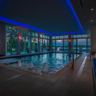 Ispirazione per una piscina coperta monocorsia minimalista rettangolare di medie dimensioni con una vasca idromassaggio e piastrelle