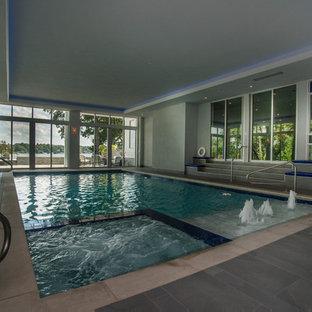 Imagen de piscinas y jacuzzis alargados, minimalistas, de tamaño medio, interiores y rectangulares, con suelo de baldosas