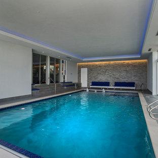 Esempio di una piscina coperta monocorsia moderna rettangolare di medie dimensioni con una vasca idromassaggio e piastrelle