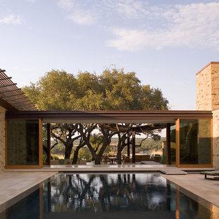 Immagine di una grande piscina a sfioro infinito minimal rettangolare in cortile con piastrelle