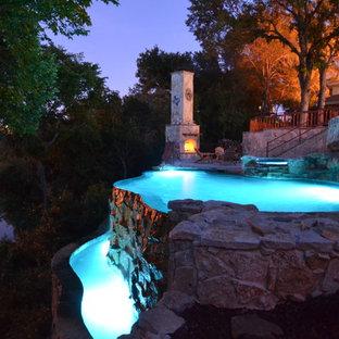 Foto de piscina con fuente infinita, rústica, pequeña, a medida, en patio lateral, con losas de hormigón