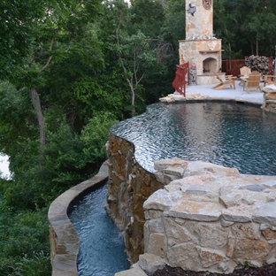 Modelo de piscina con fuente infinita, rústica, pequeña, a medida, en patio lateral