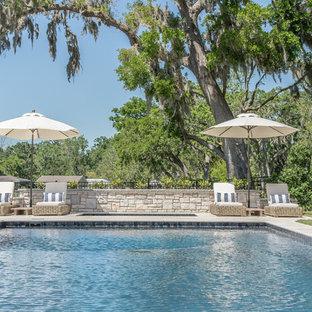 Diseño de piscinas y jacuzzis costeros, grandes, rectangulares, en patio trasero, con suelo de hormigón estampado