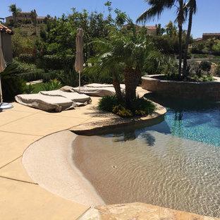 Imagen de piscina infinita, marinera, de tamaño medio, a medida, en patio trasero, con losas de hormigón