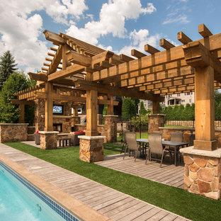 Modelo de casa de la piscina y piscina alargada, tradicional renovada, extra grande, rectangular, en patio trasero, con entablado
