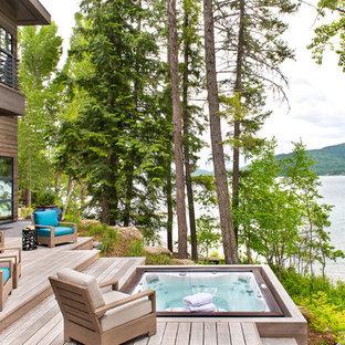 Ejemplo de piscinas y jacuzzis rústicos, rectangulares, en patio trasero, con entablado