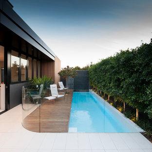 Esempio di una piccola piscina monocorsia minimalista rettangolare dietro casa con pedane