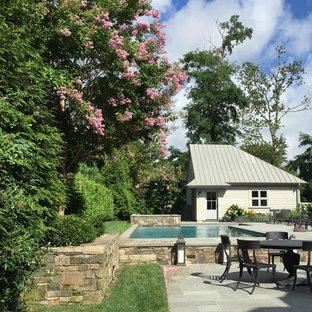 Modelo de piscina alargada, clásica renovada, de tamaño medio, en forma de L, en patio trasero, con adoquines de hormigón