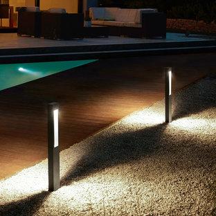 Diseño de piscina con fuente natural, minimalista, de tamaño medio, a medida, en patio trasero, con gravilla