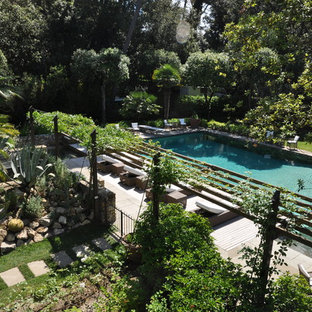 Modelo de casa de la piscina y piscina infinita, actual, extra grande, rectangular, en patio delantero, con adoquines de piedra natural