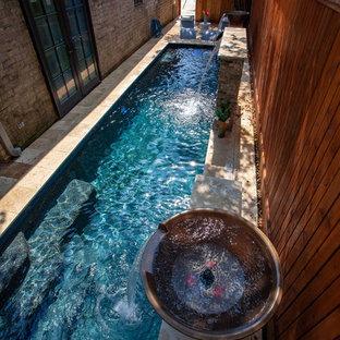 Modelo de piscina con fuente alargada, moderna, pequeña, rectangular, en patio trasero, con adoquines de piedra natural