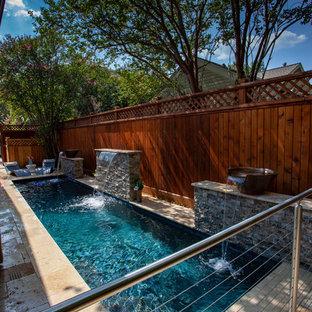 Ejemplo de piscina con fuente alargada, minimalista, pequeña, rectangular, en patio trasero, con adoquines de piedra natural
