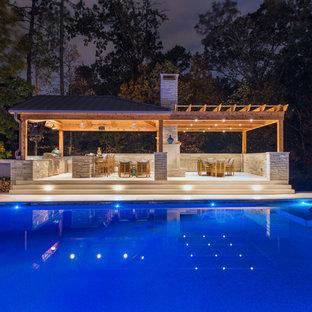 Foto de casa de la piscina y piscina actual, grande, rectangular, con suelo de baldosas