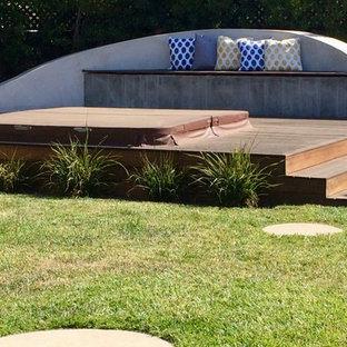 Esempio di una piccola piscina fuori terra contemporanea personalizzata dietro casa con una vasca idromassaggio e pedane