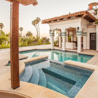 Ejemplo de piscinas y jacuzzis alargados, mediterráneos, grandes, a medida, en patio trasero, con suelo de hormigón estampado