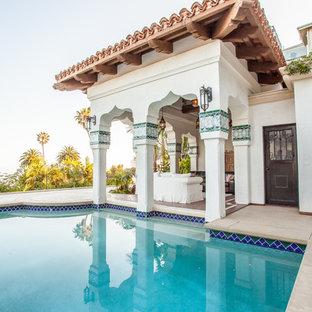 Imagen de piscinas y jacuzzis alargados, mediterráneos, grandes, a medida, en patio trasero, con suelo de hormigón estampado