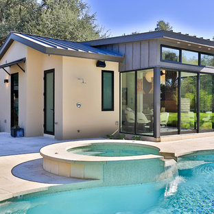 Mittelgroßer Moderner Pool neben dem Haus in Nierenform mit Betonplatten in Austin