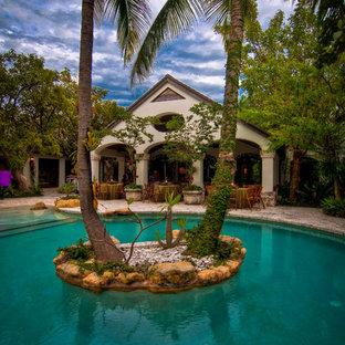 Imagen de piscina natural, mediterránea, redondeada