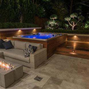 Foto de piscinas y jacuzzis elevados, retro, grandes, rectangulares, en patio trasero, con entablado