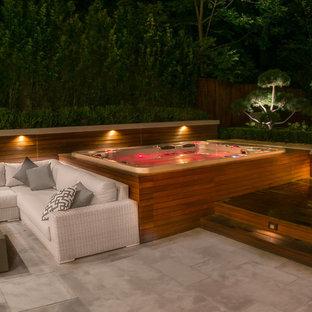 Modelo de piscinas y jacuzzis elevados, retro, grandes, rectangulares, en patio trasero, con entablado
