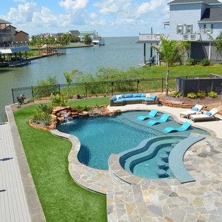 Mittelgroßes Kolonialstil Sportbecken hinter dem Haus in individueller Form mit Wasserspiel und Natursteinplatten in Houston