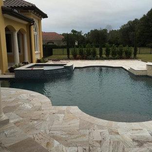 Foto de piscina con fuente alargada, retro, de tamaño medio, a medida, en patio, con adoquines de piedra natural
