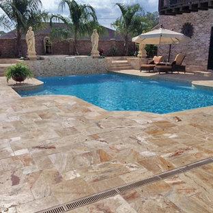 Diseño de piscina con fuente alargada, vintage, de tamaño medio, a medida, en patio, con adoquines de piedra natural