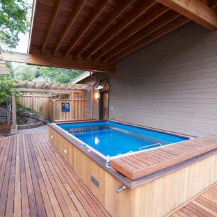 Immagine di una grande piscina monocorsia contemporanea rettangolare nel cortile laterale con pedane