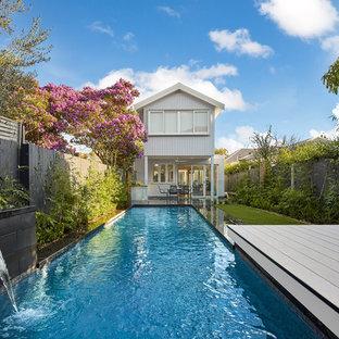 Esempio di una piccola piscina monocorsia contemporanea rettangolare dietro casa con fontane e pedane