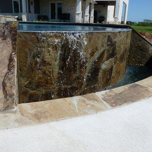 Imagen de piscinas y jacuzzis infinitos, minimalistas, grandes, a medida, en patio, con adoquines de hormigón
