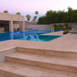 Foto de piscina contemporánea, de tamaño medio, a medida, en patio trasero, con adoquines de piedra natural