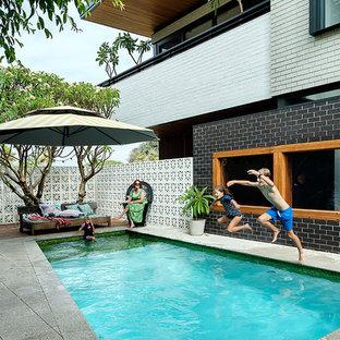 Modelo de piscina alargada, retro, de tamaño medio, rectangular, en patio trasero