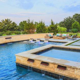 Imagen de piscina con fuente actual, grande, en forma de L, en patio trasero, con losas de hormigón