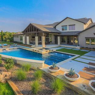 Foto de piscinas y jacuzzis alargados, clásicos renovados, grandes, en forma de L, en patio trasero, con losas de hormigón