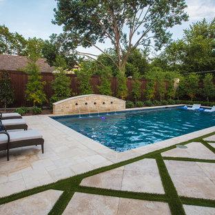 Imagen de piscina con fuente alargada, mediterránea, de tamaño medio, rectangular, en patio trasero, con adoquines de piedra natural
