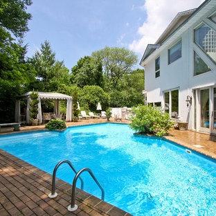 Ejemplo de piscina bohemia, a medida, en patio trasero, con adoquines de ladrillo