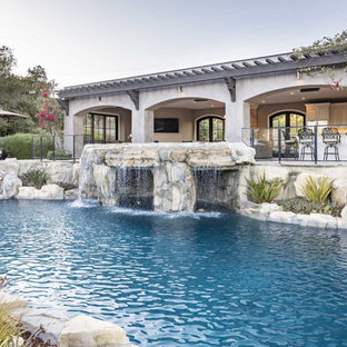 Imagen de piscina contemporánea, grande, a medida, con adoquines de piedra natural