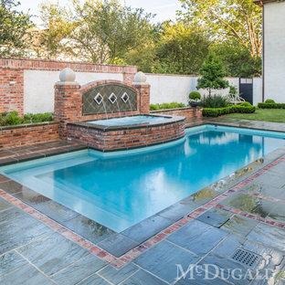 Imagen de piscina con fuente tradicional, de tamaño medio, rectangular, en patio lateral, con adoquines de piedra natural