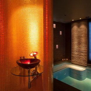 Imagen de piscinas y jacuzzis actuales, interiores, con suelo de baldosas