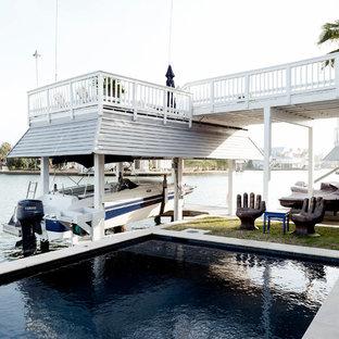 Großer Maritimer Pool neben dem Haus in rechteckiger Form mit Stempelbeton in Houston