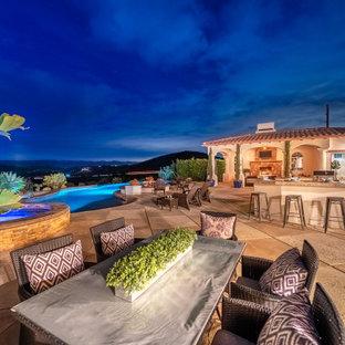 ロサンゼルスの巨大なオーダーメイド地中海スタイルのおしゃれなプール (スタンプコンクリート舗装) の写真