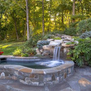 Modelo de piscinas y jacuzzis naturales, tradicionales, pequeños, tipo riñón, en patio trasero, con adoquines de piedra natural