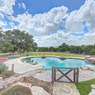 Modelo de piscinas y jacuzzis naturales, campestres, grandes, tipo riñón, en patio trasero, con adoquines de piedra natural