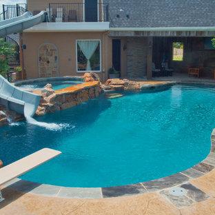オースティンの中サイズのオーダーメイドトラディショナルスタイルのおしゃれな裏庭プール (ウォータースライダー、コンクリート板舗装) の写真